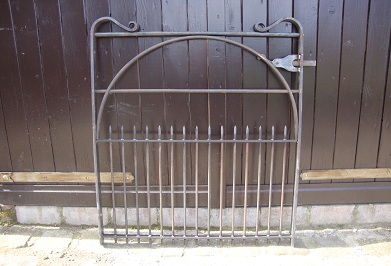 Gate with full hoop brace, bullet ended lower uprights and garden type latch