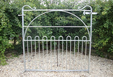 4' gate with lower bow tops and hooped brace with farm latch